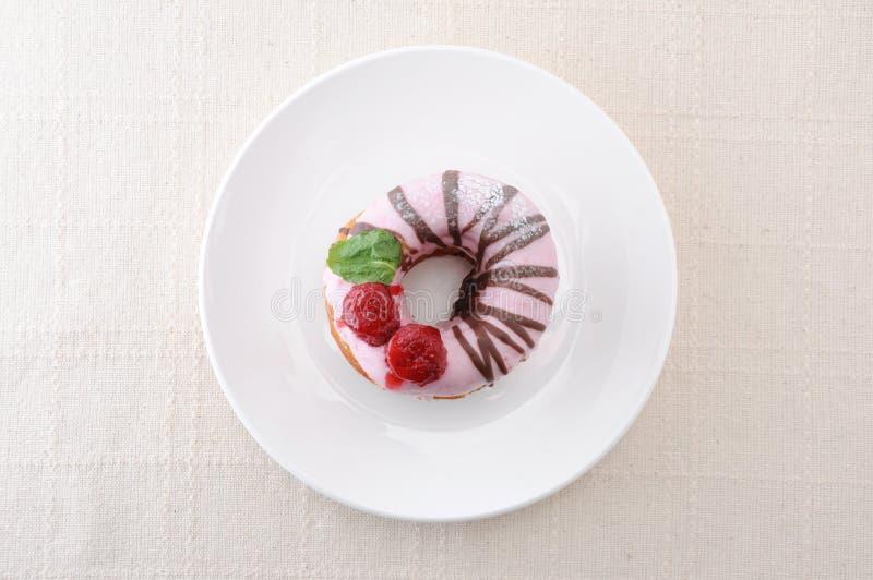 Doucou aux fraises sucrées sur une assiette en tissu de table photos libres de droits