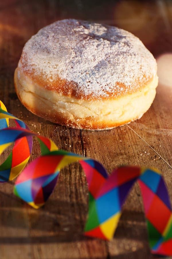 Doughnut με τη ζωηρόχρωμη διακόσμηση καρναβαλιού στοκ εικόνες με δικαίωμα ελεύθερης χρήσης