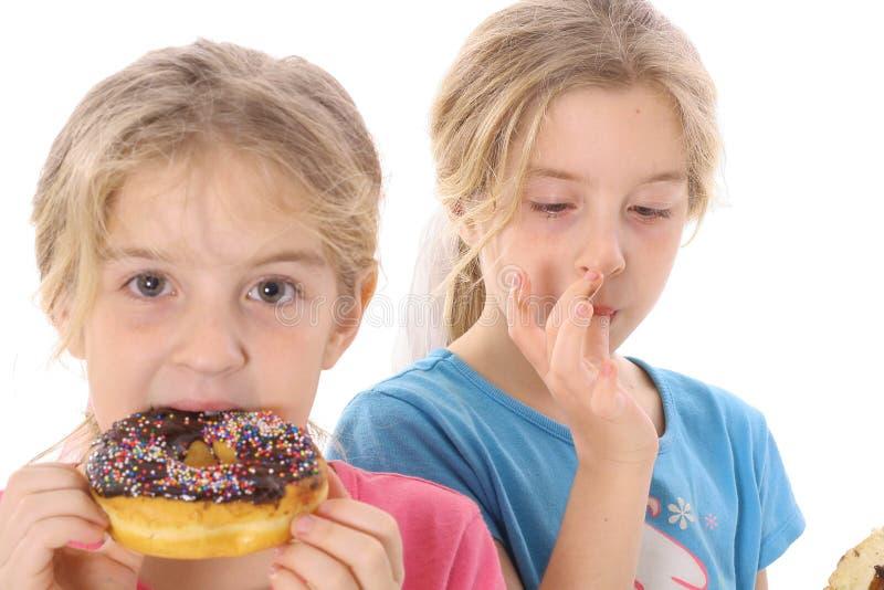 doughnut παιδιών κατανάλωση στοκ εικόνα