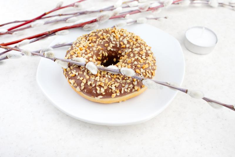 Doughnut σε ένα ελαφρύ υπόβαθρο στοκ φωτογραφία με δικαίωμα ελεύθερης χρήσης