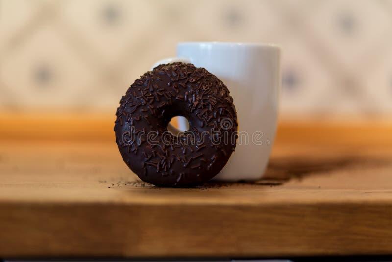 Doughnut en kop stock foto's