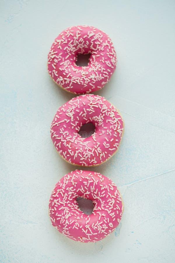 Doughnut Het zoete voedsel van de suikerglazuursuiker Dessert kleurrijke snack Verglaasd bestrooit Behandel van heerlijke de Bakk stock foto