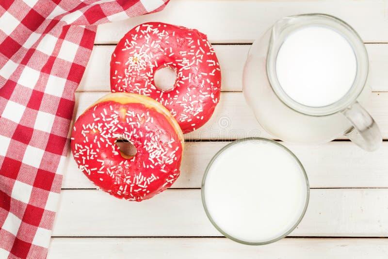 Doughnut, melk, glas, kruik, bovenkant royalty-vrije stock afbeeldingen