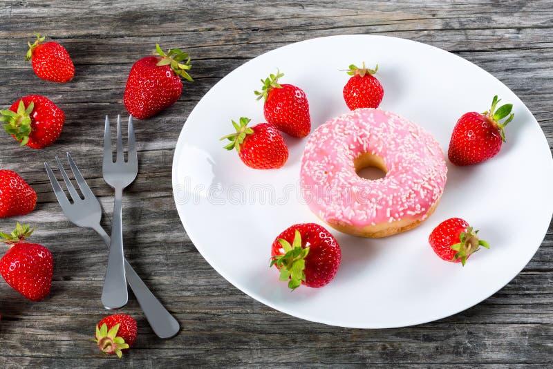 Doughnut met Aardbeisuikerglazuur op witte schotel Close-up royalty-vrije stock foto's