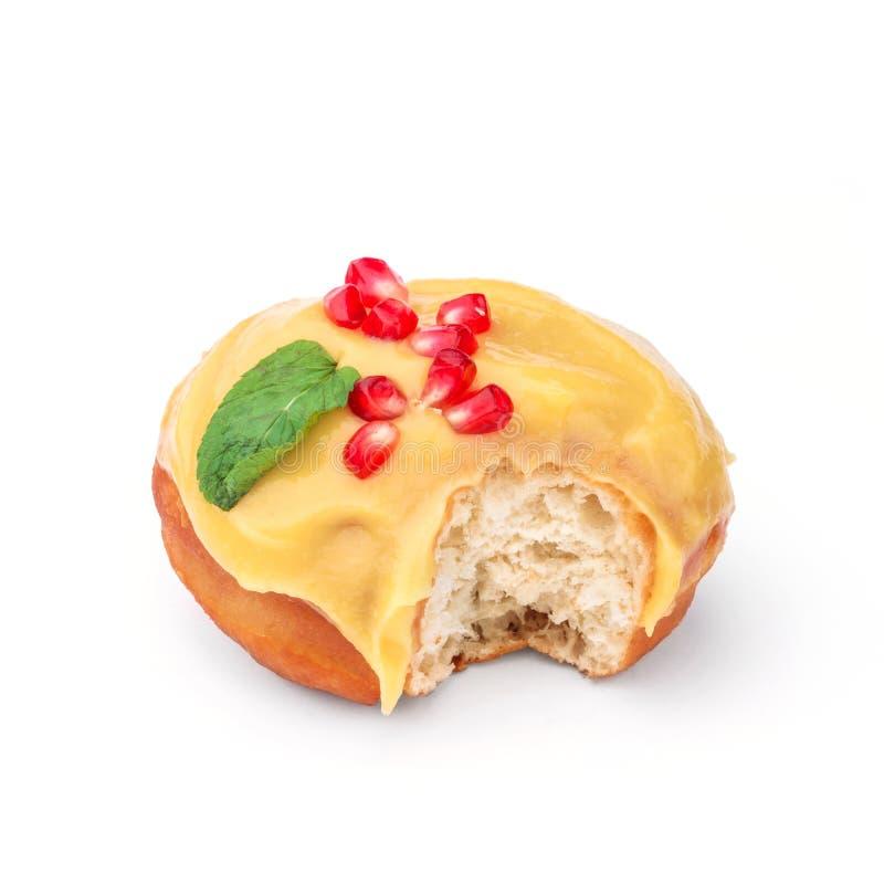 Doughnut met honing en granaatappel wordt verglaasd die Mening vanuit een vijfenveertig graadinvalshoek Geïsoleerd beeld De zij-b stock afbeeldingen