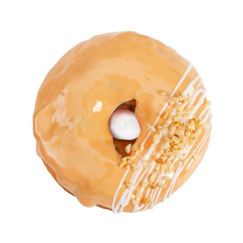 Doughnut met karamelsuikerglazuur en noten op wit worden ge?soleerd dat stock fotografie