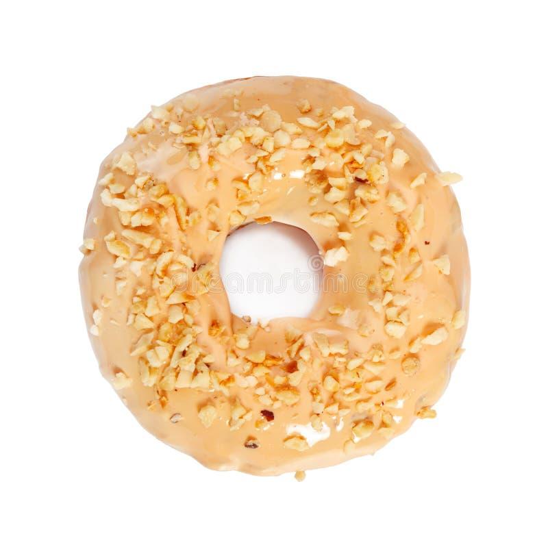 Doughnut met karamelsuikerglazuur en noten op wit worden ge?soleerd dat stock foto