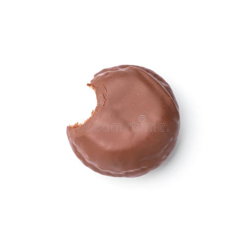 Doughnut met melkchocola wordt verglaasd die Hoogste mening Geïsoleerd beeld De zij-beetdoughnut royalty-vrije stock fotografie