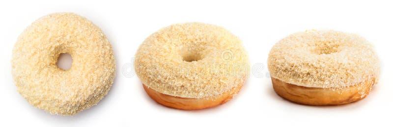 Doughnut met room en kokosnoot, op witte achtergrond wordt geïsoleerd die Mening vanuit drie verschillende invalshoeken stock afbeeldingen