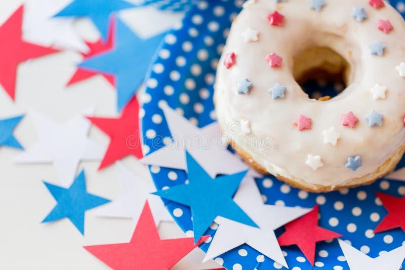 Doughnut met sterdecoratie op onafhankelijkheidsdag stock afbeeldingen