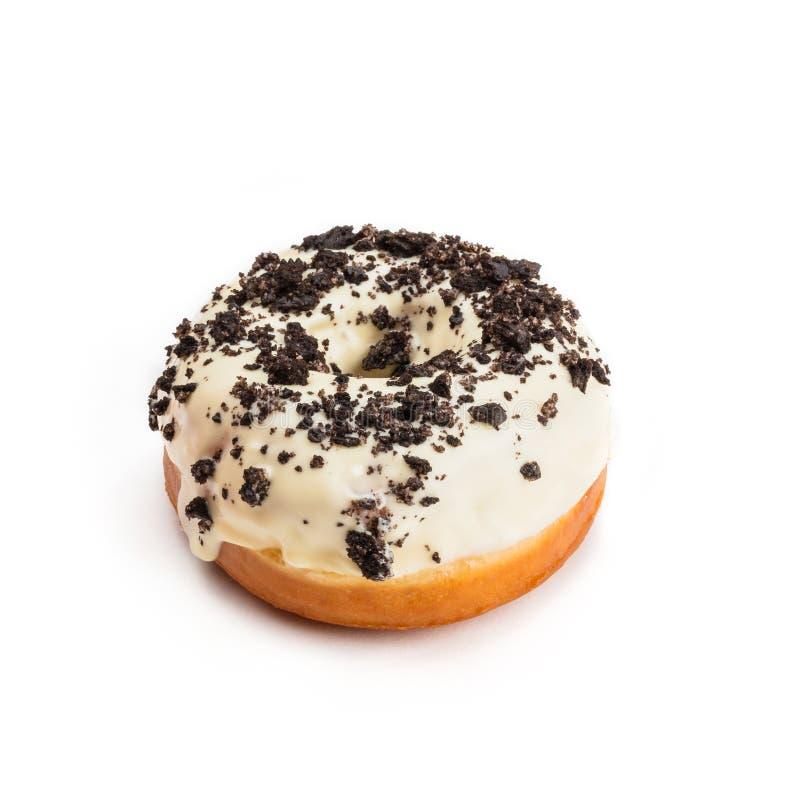 Doughnut met witte die room en chocolade, op witte achtergrond wordt geïsoleerd Het bekijken van vijfenveertig graden stock afbeelding
