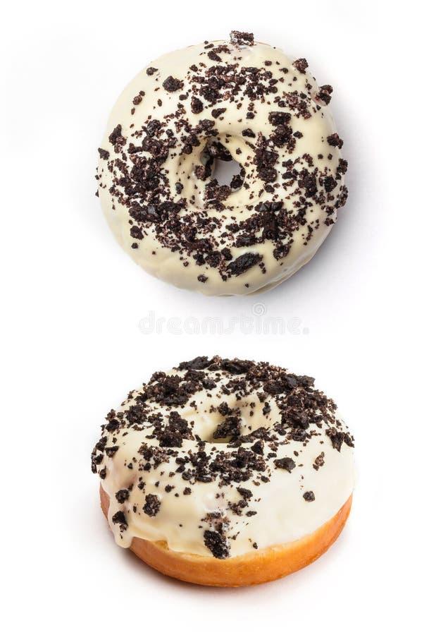 Doughnut met witte die room en chocolade, op witte achtergrond wordt geïsoleerd Hoogste mening en mening vanuit een invalshoek va royalty-vrije stock fotografie