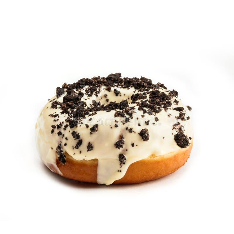 Doughnut met witte die room en chocolade, op witte achtergrond wordt geïsoleerd Mening van kant stock fotografie