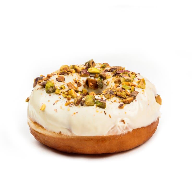 Doughnut met witte die room en hazelnootkern, op witte achtergrond wordt geïsoleerd Mening van kant stock foto