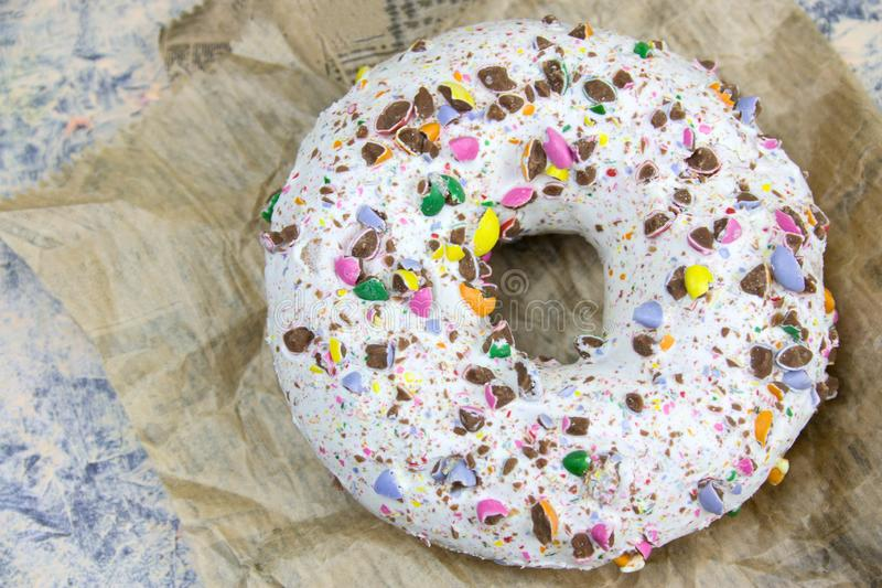 doughnut met witte vanillesuikerglazuur en crumbs van chocolade royalty-vrije stock afbeelding