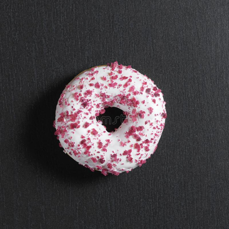 Doughnut met zoete gestremde melkroom royalty-vrije stock afbeelding
