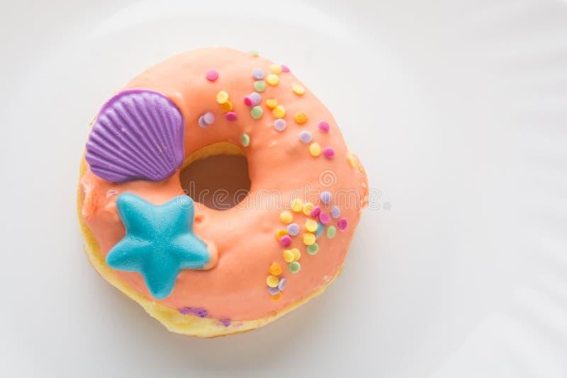 Doughnut op een witte plaat stock foto