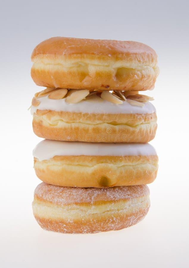 Doughnut, zoete die doughnut met suiker op achtergrond wordt geïsoleerdg stock afbeelding