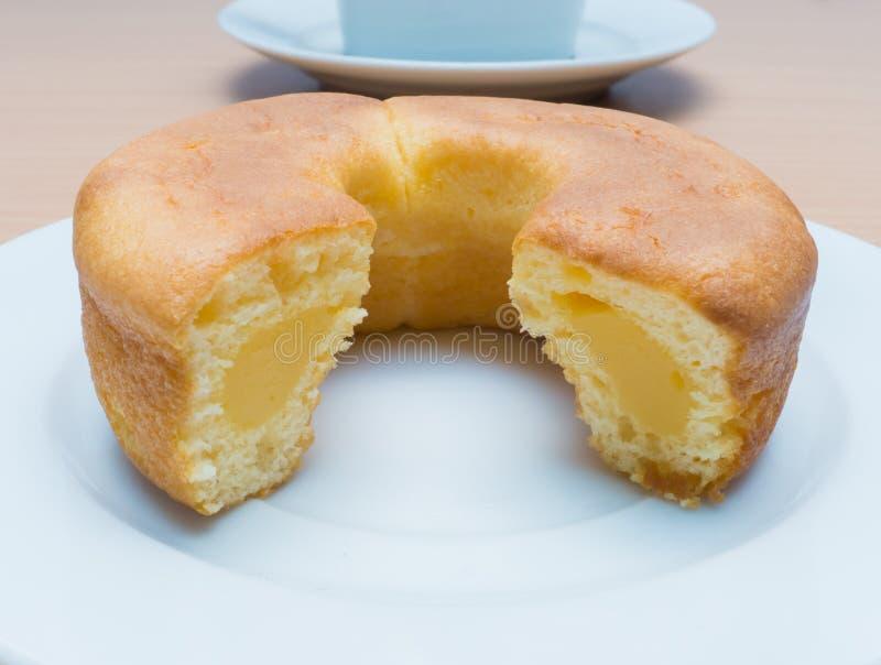 Doughnutcake die met Vanillevla wordt gevuld. royalty-vrije stock foto