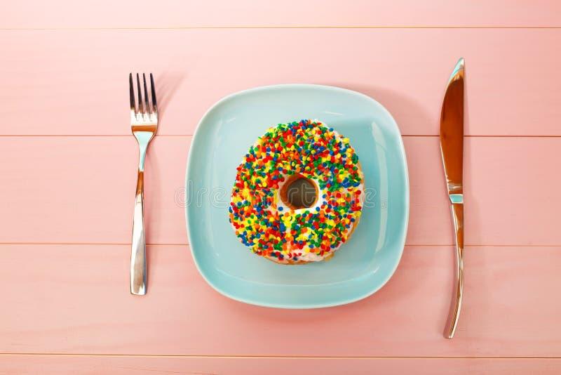 Doughnutschotel en tafelzilver stock afbeeldingen