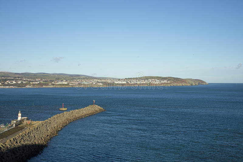 Douglas Bay und Wellenbrecher Isle of Man stockfotografie