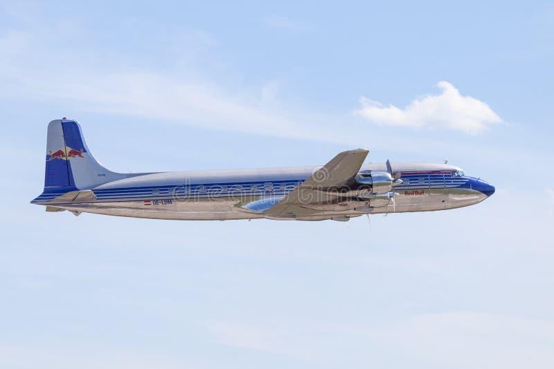 Douglas DC-6 dai tori di volo vola sull'aeroporto Berlino fotografie stock libere da diritti