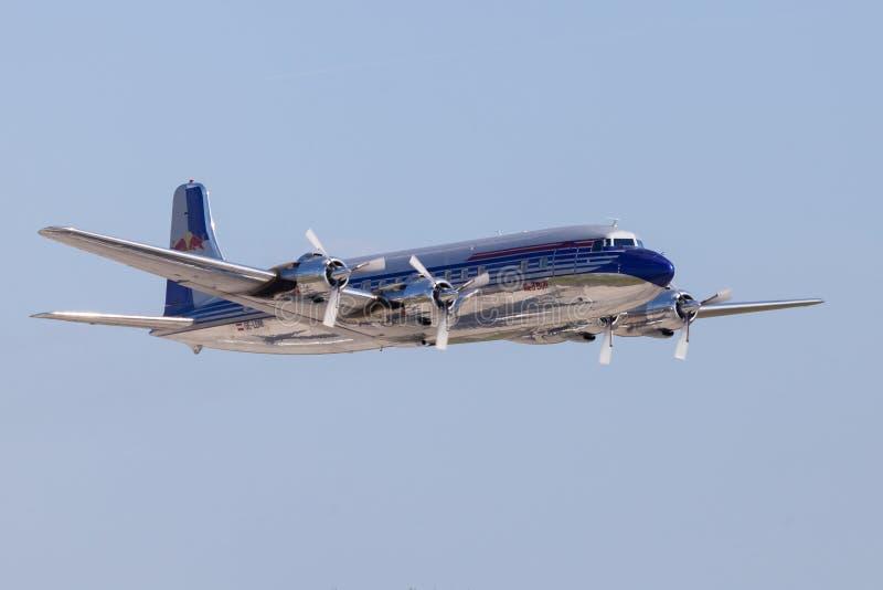 Douglas DC-6 dai tori di volo vola sull'aeroporto Berlino immagini stock libere da diritti