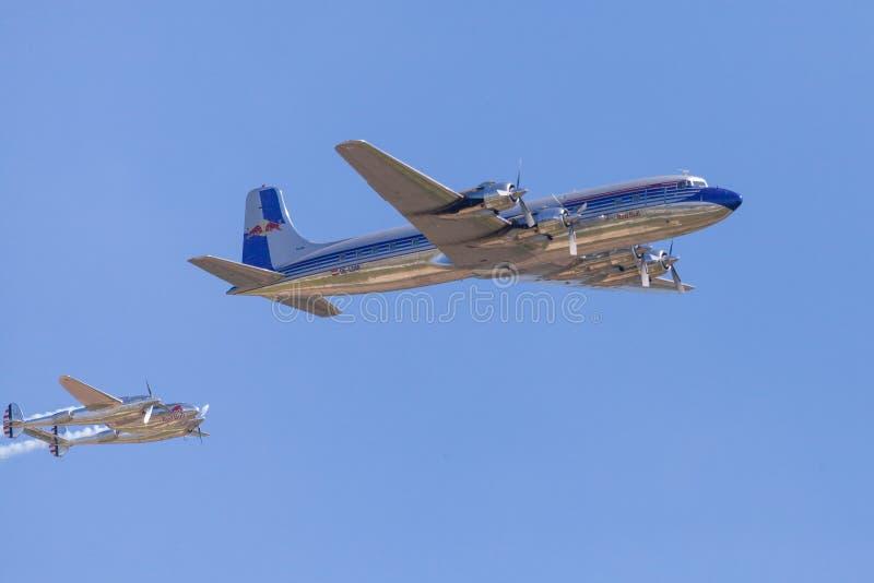Douglas DC-6 dai tori di volo vola sull'aeroporto Berlino fotografie stock