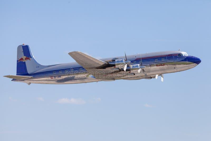 Douglas DC-6 dai tori di volo vola sull'aeroporto Berlino fotografia stock libera da diritti
