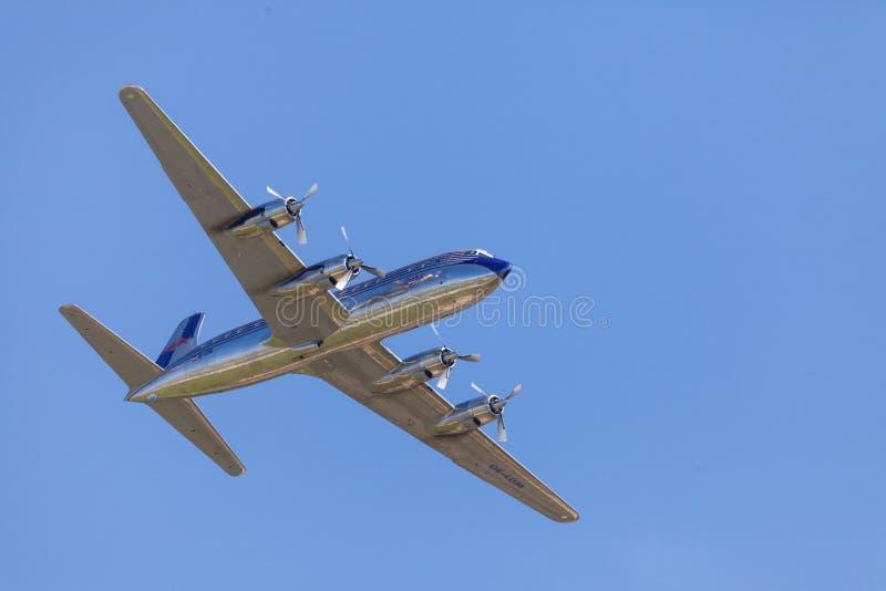 Douglas DC-6 dai tori di volo vola sull'aeroporto Berlino fotografia stock