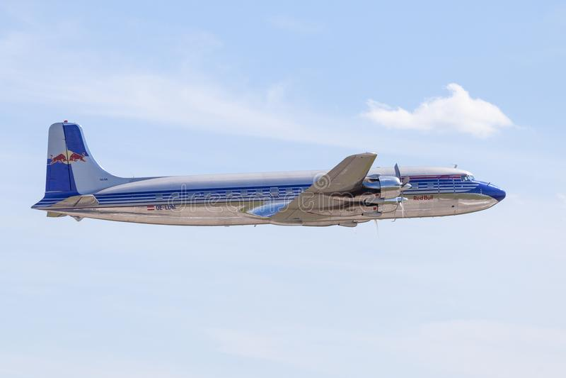 Douglas DC-6 des taureaux de vol vole sur l'aéroport Berlin photos libres de droits