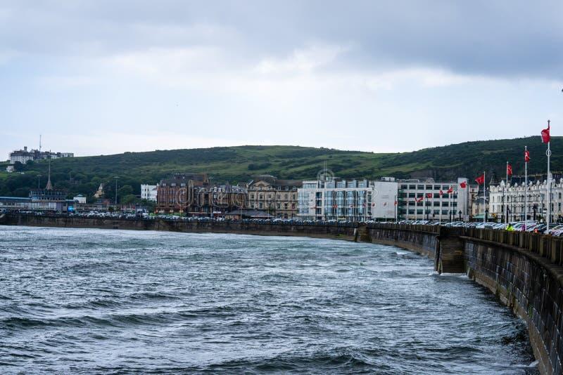 Douglas is de hoofd en grootste stad van het Eiland Man Het wordt gevestigd bij de mond van de Rivier Douglas, en op een vegende  stock afbeeldingen