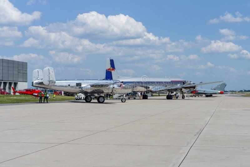 Douglas gelijkstroom-6 en Noordamerikaanse B-25J Mitchell stock fotografie