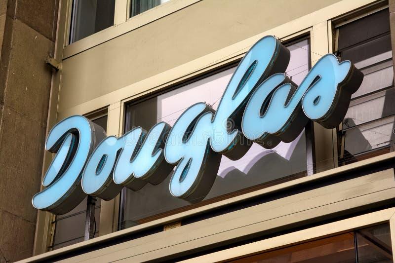 Douglas sklepu odzieżowego znaka Stuttgart Koenigsstrasse dzień Ove fotografia stock