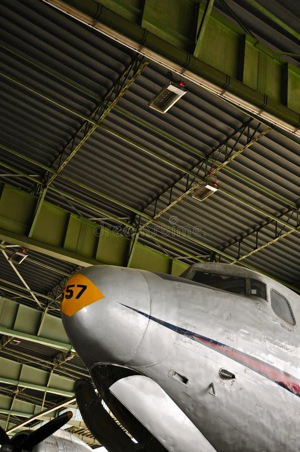 Douglas Skymaster nell'area d'imbarco di Berlin Tempelhof Airport storico fotografia stock libera da diritti