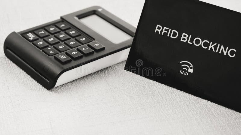 Douille de protection de RFID pour la carte de crédit sûre d'entailler l'attaque, générateur BRONZAGE en position de compromis photo stock