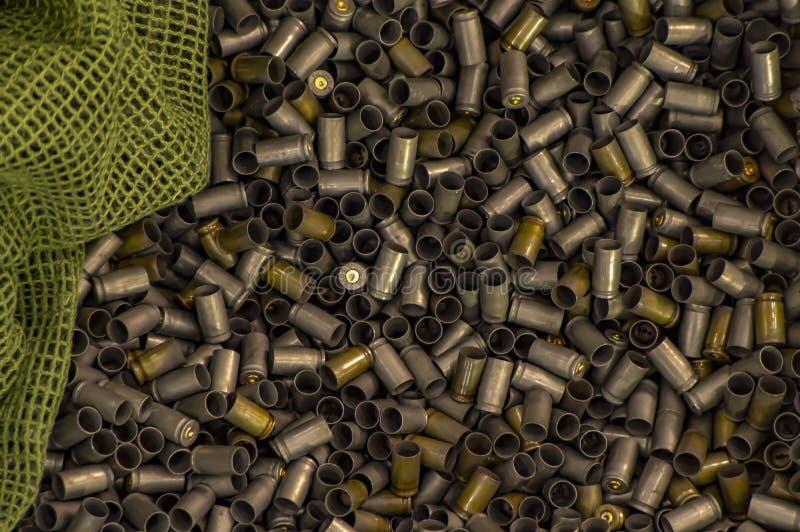 Douilles dans une boîte en bois fond militaire photo stock