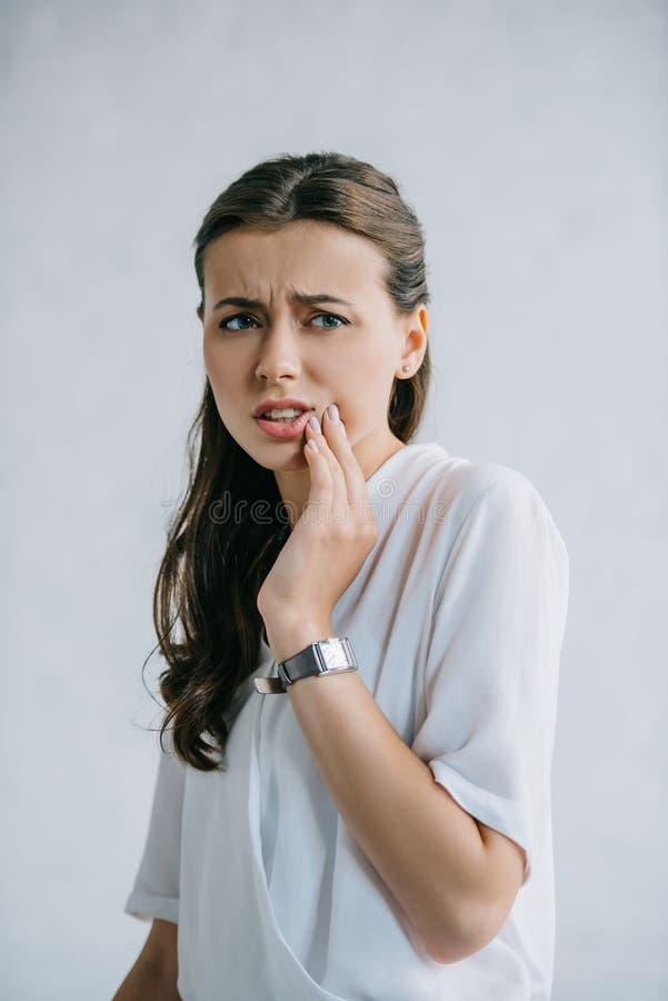 douleur attrayante de jeune femme de dent images stock