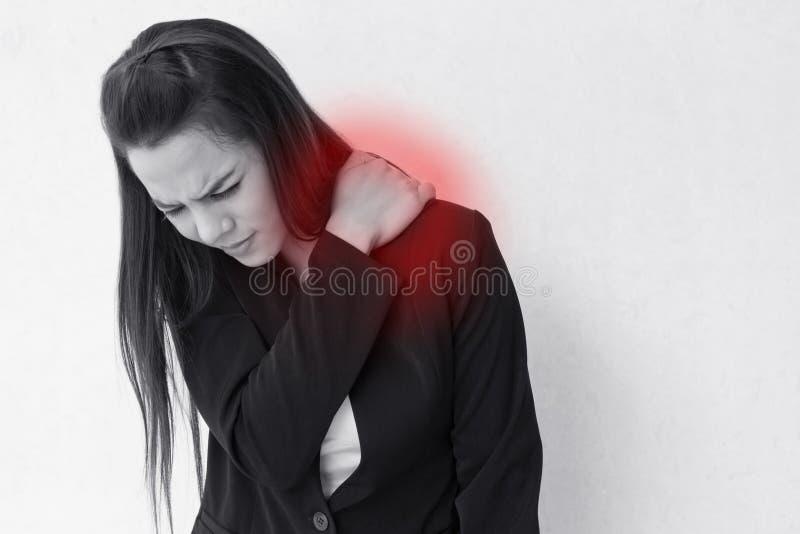 Douleur d'épaule ou rigidité lourde de femme d'affaires photo libre de droits