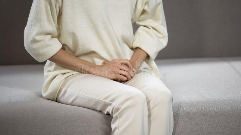 Douleur de femme des problèmes menstruels, gynécologiques et urologiques forts photo stock