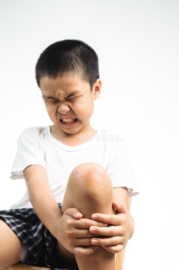 Douleur de garçon de blessure photos libres de droits