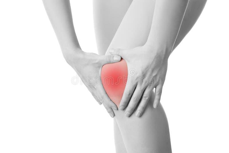 Douleur de genou de la femme d'isolement photos stock
