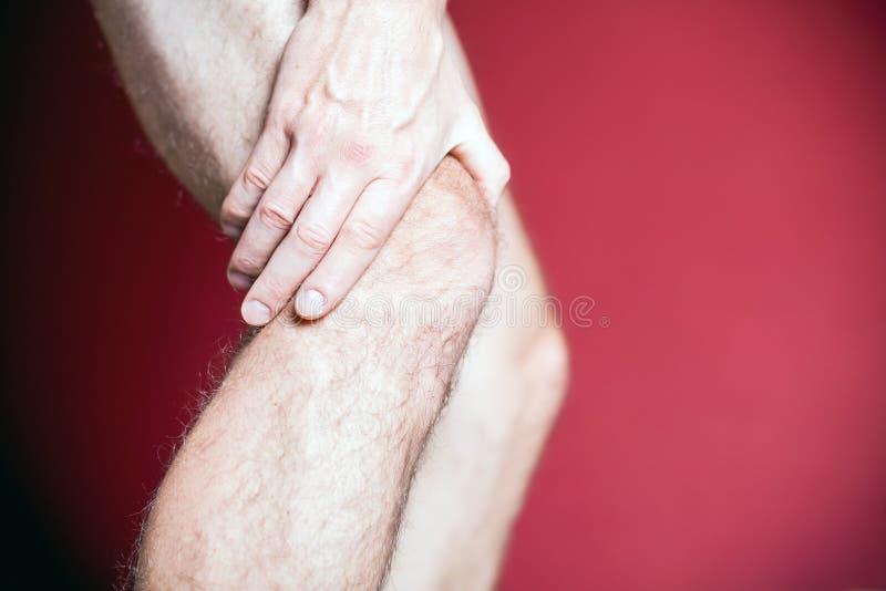 Douleur de genou et massage de reprise photo stock