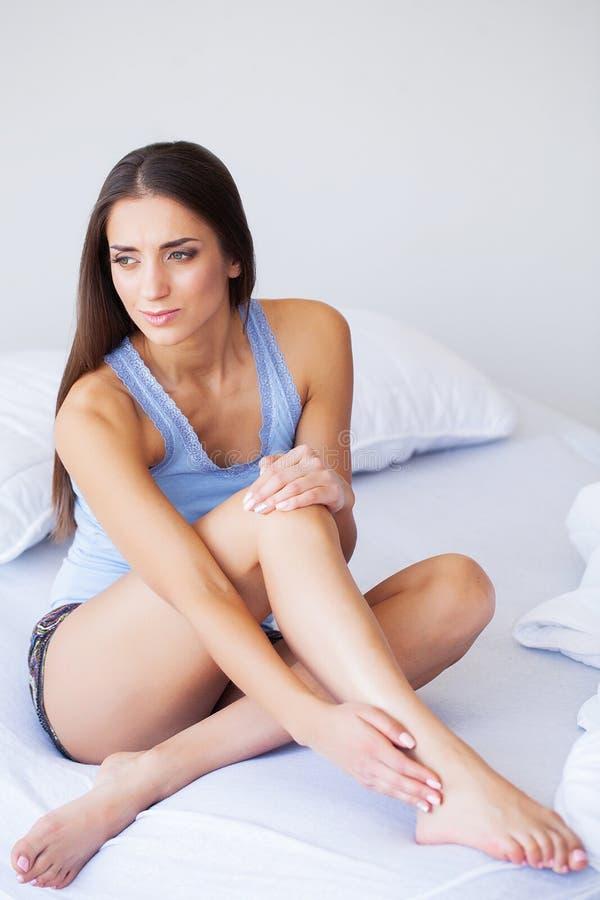 Douleur de main Dans l'effort Le coureur de femme souffrant de la douleur de genou se reposent photo libre de droits