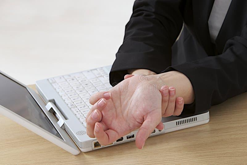 Douleur de poignet après travail sur l'ordinateur image libre de droits
