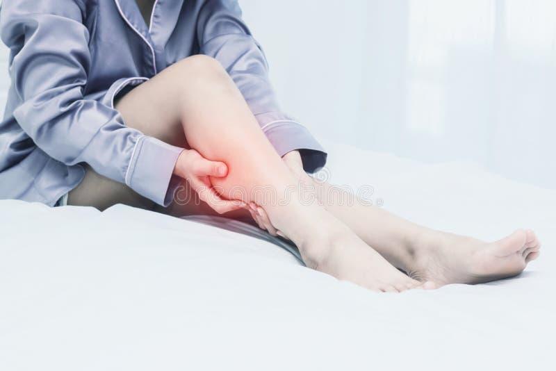 Douleur de retard de femmes sur le lit dans la chambre de lit images stock