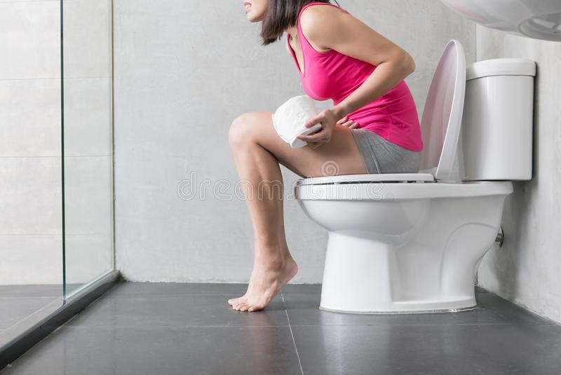 Douleur de sensation de femme avec la constipation photo stock