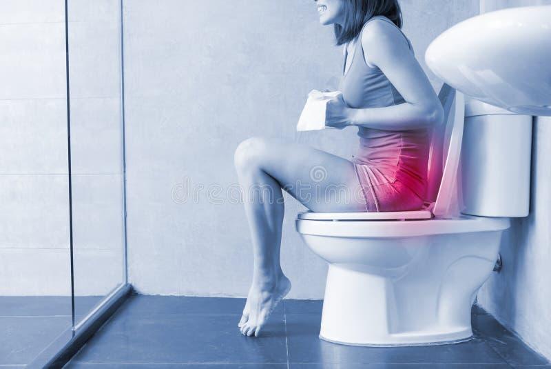 Douleur de sensation de femme avec la constipation photographie stock