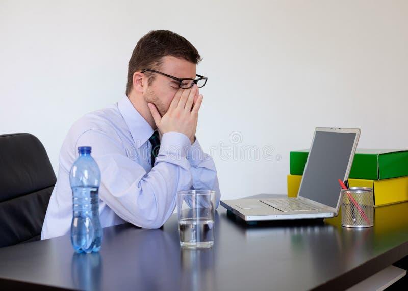 Douleur de sentiment d'employé de bureau images libres de droits
