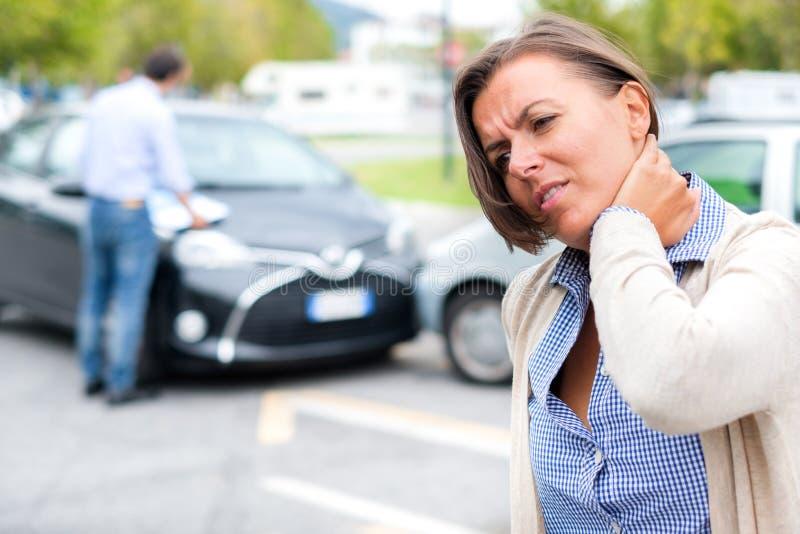 Douleur de sentiment de femme après accident de voiture dans la ville image libre de droits